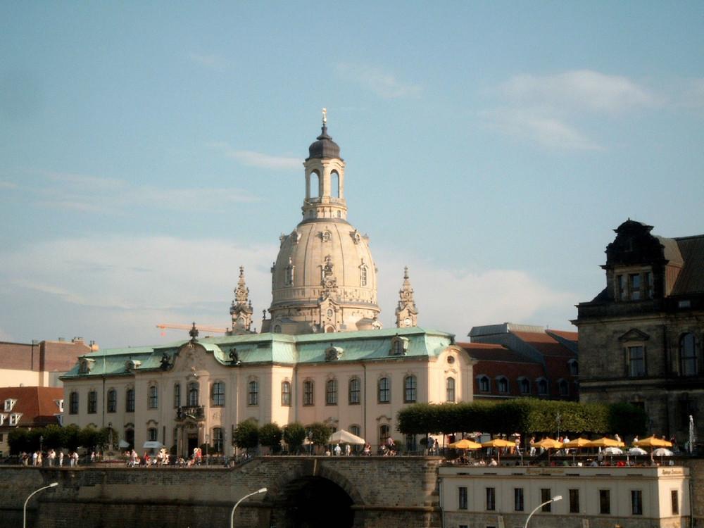 Elbufer in Dresden mit Frauenkirche
