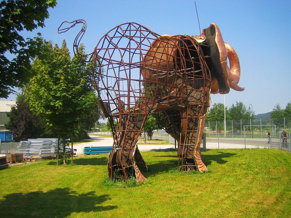 Elefant in Kupfer von hinten