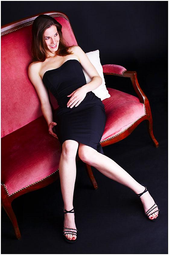 elegante frau auf rote couch foto bild portrait portrait frauen studio bilder auf. Black Bedroom Furniture Sets. Home Design Ideas