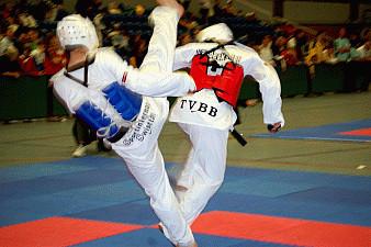 Elite Sportler Sascha beim Kämpfen rote Weste
