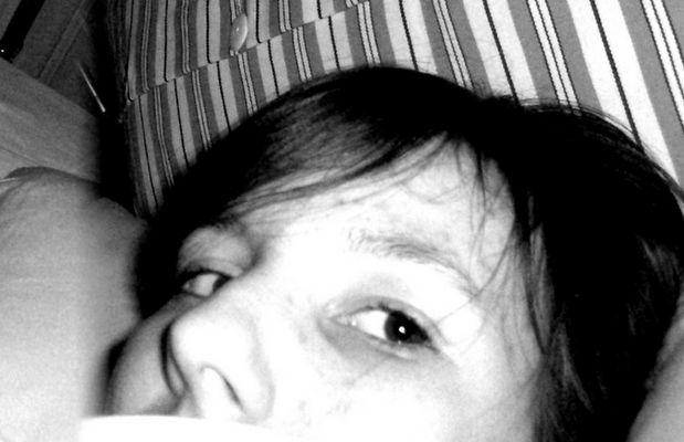 Elle est au lit.