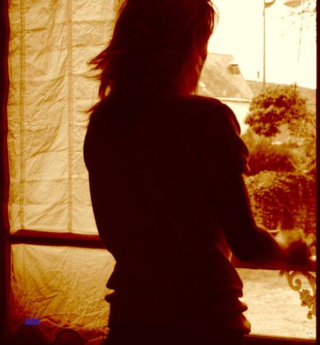 Elle et le rideau