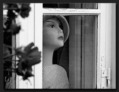 Elle regardait par la fenêtre