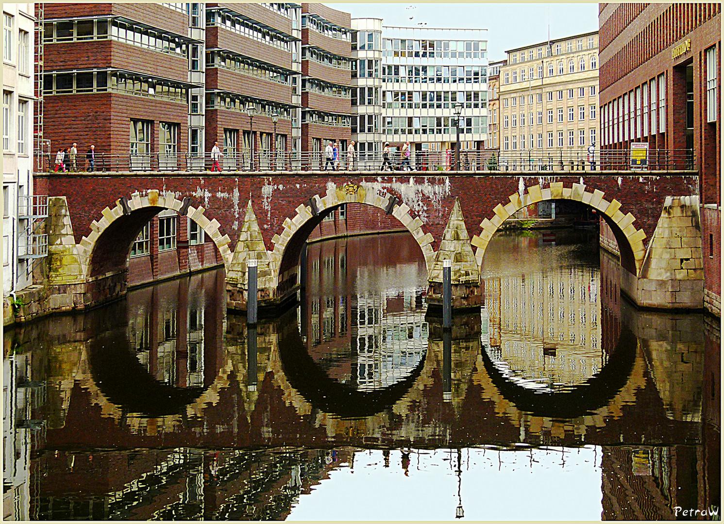 Ellerntorsbrücke mit einer schönen Spiegelung im Bleichenfleet