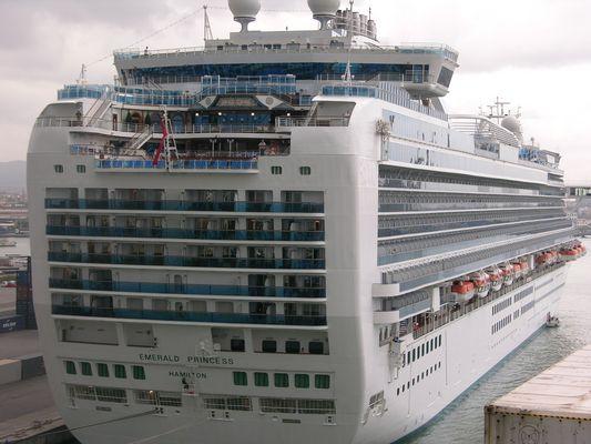 Emerald Princess im Hafen von Livorno