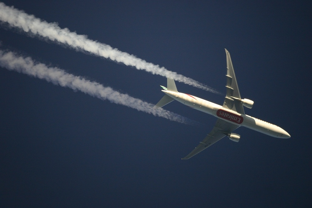 Emirates Boeing 777 im Teleskop