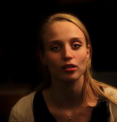 Emma (al pianoforte)