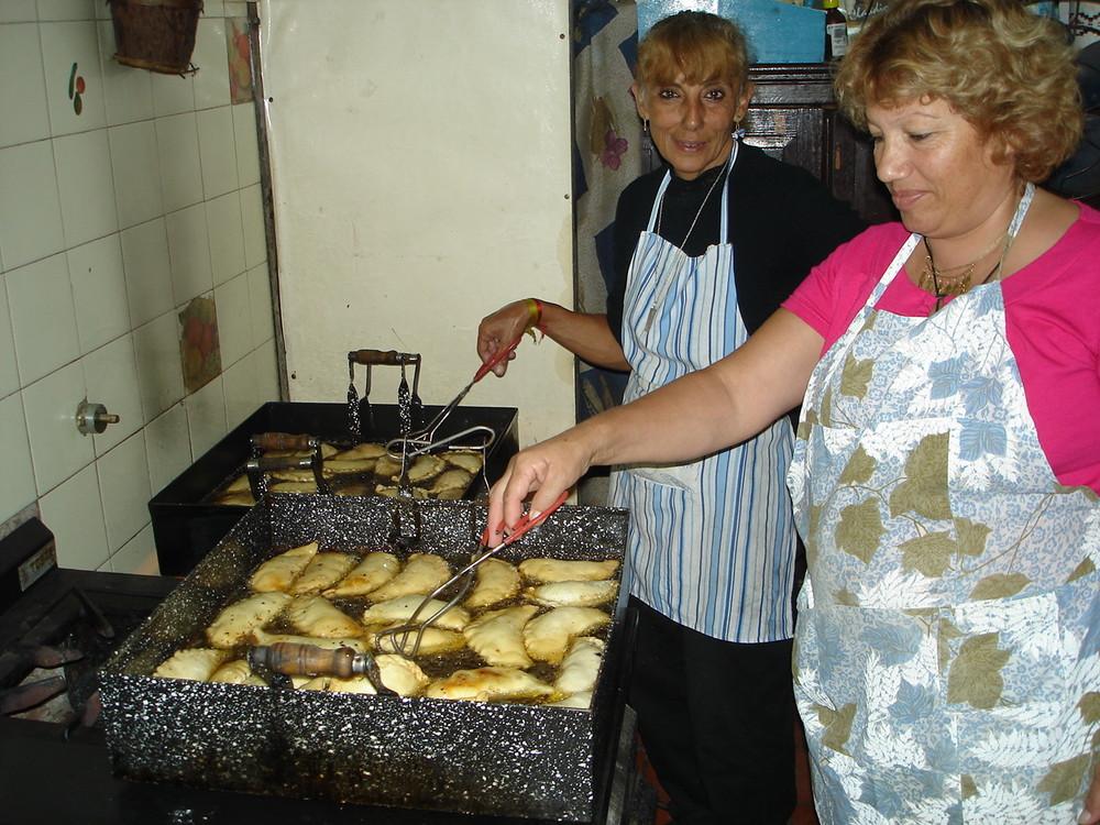empanadas fritas en grasa..las mejores del mundo....Argentina