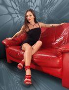 Empress Cruel auf Sofa