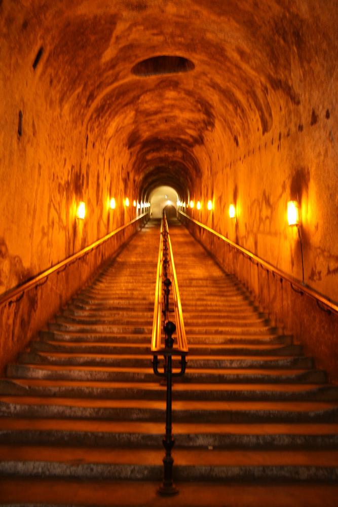 en bas de l'escalier