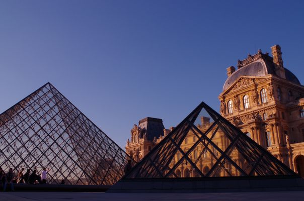 En extase devant le Louvre et ses pyramides