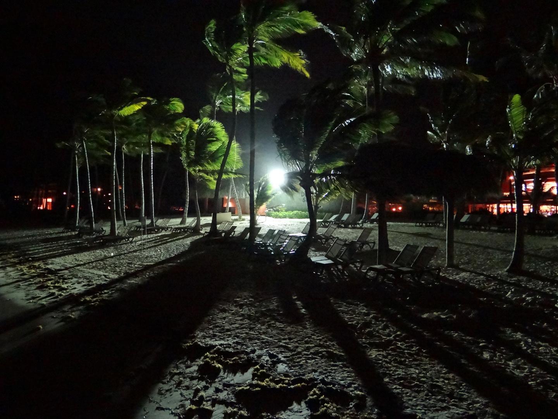 En la playa de Punta Cana ...de noche y..a contraluz