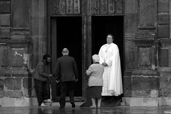 En la puerte de la Iglesia