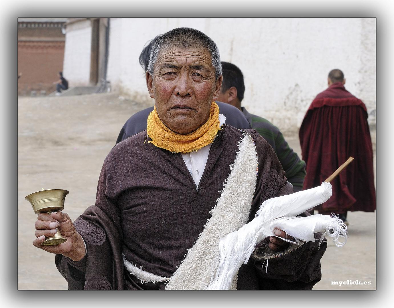 EN LA RUTA DE LA SEDA -TIBETANO EN PEREGRINACION A BUDA- M LABRANG -CHINA