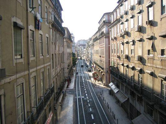 Encantado por las calles desiertas de Lisboa