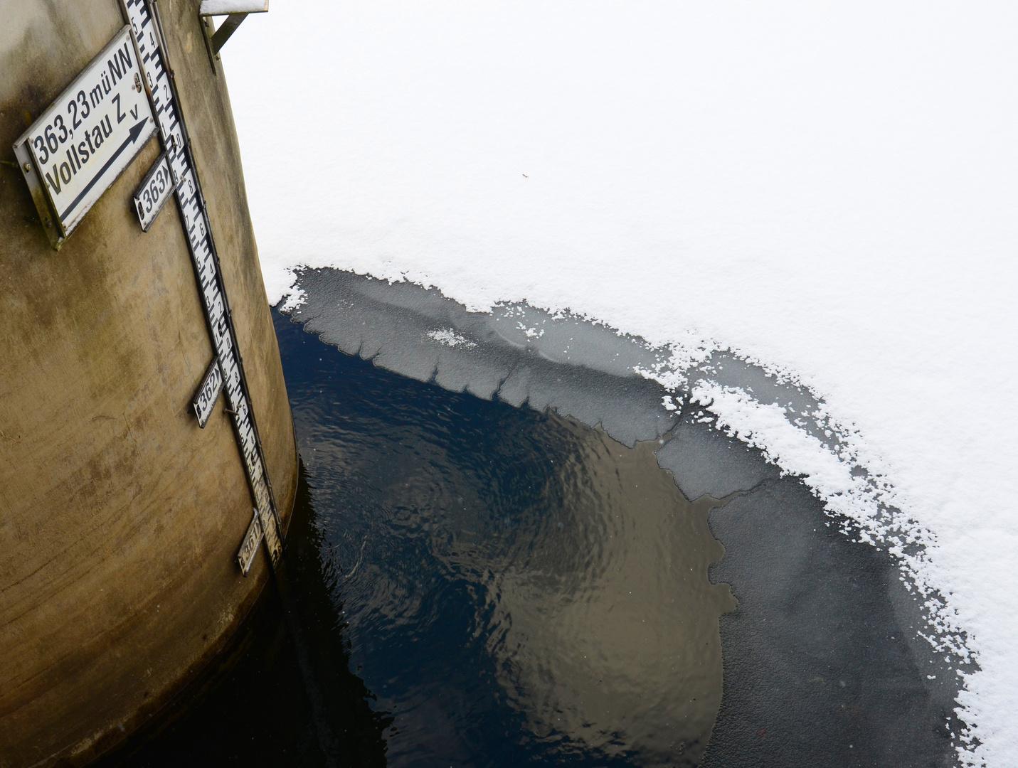 endlich ! ein Atemloch von unter dem Eis ...