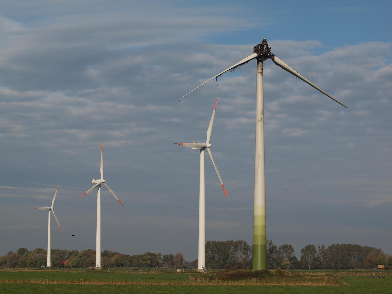 Energiewende - ausgebrannte Windkraftanlage bei Wilhelmshaven