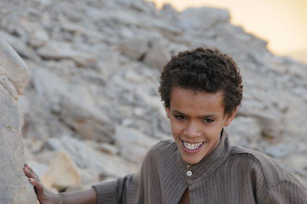 Enfant dans le désert égyptien