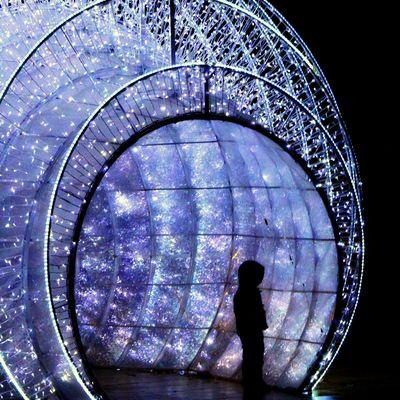 Enfant dans le tunnel de noël :)