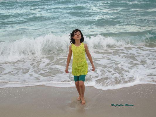 Enfant heureuse au bord de la mer