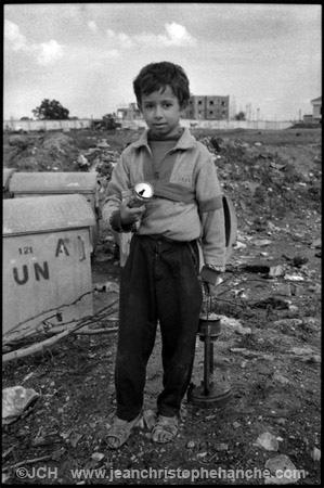 Enfant palestiniens récupérant de la ferraille, camp de réfugiés de Burj el Shemali, sud-Liban