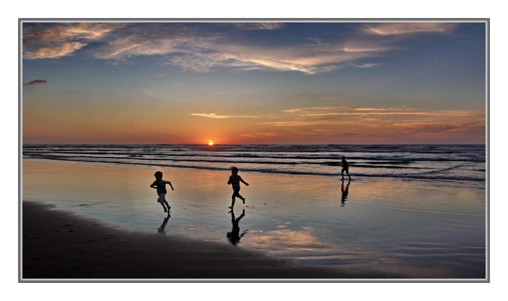 enfants jouant au soleil couchant