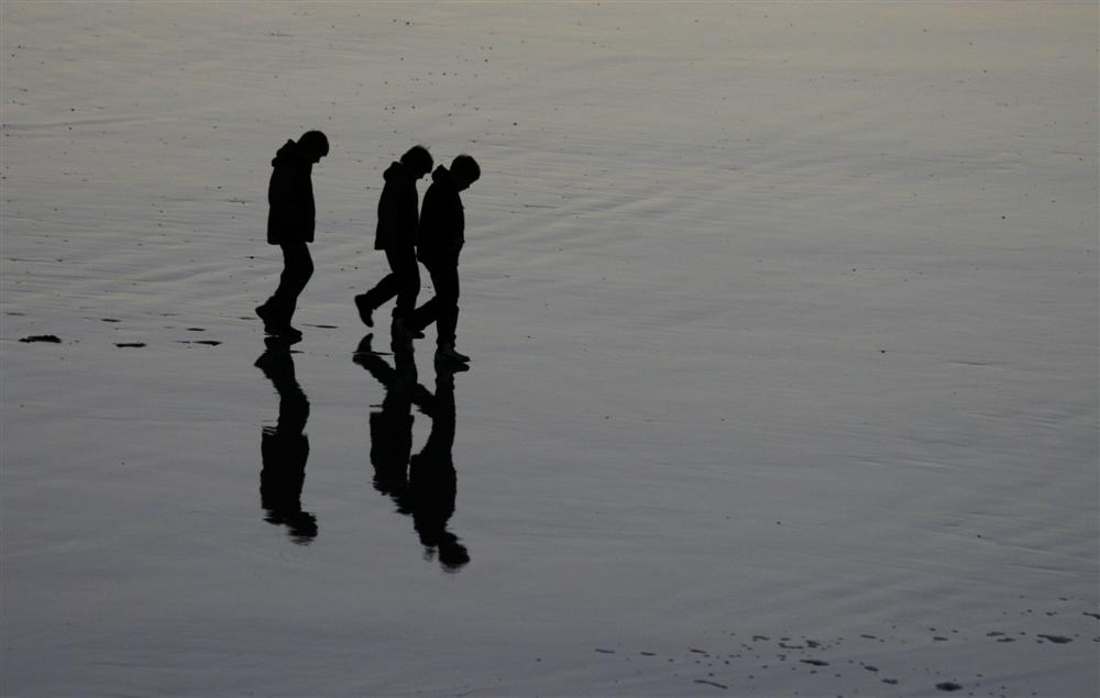 Enfants sur la plage de Dieppe le soir