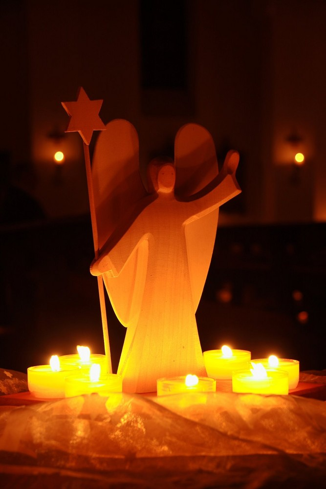 engel in weihnachtlichem licht foto bild gratulation. Black Bedroom Furniture Sets. Home Design Ideas