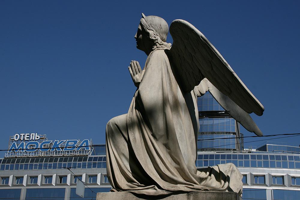 Engel vor Blau