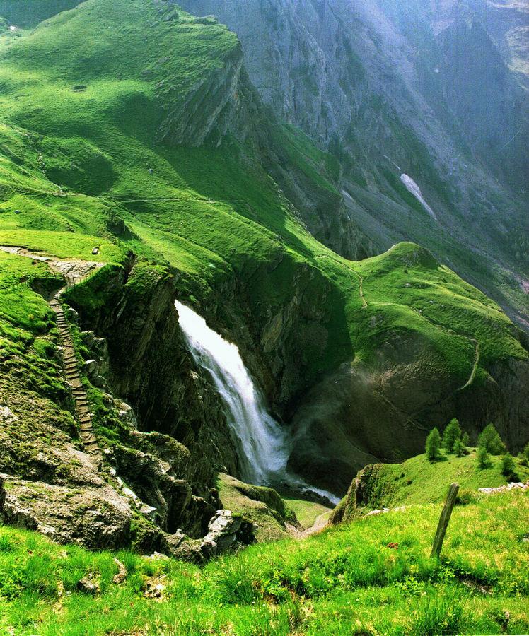 Enstlingenwasserfall ( Berner Oberland).