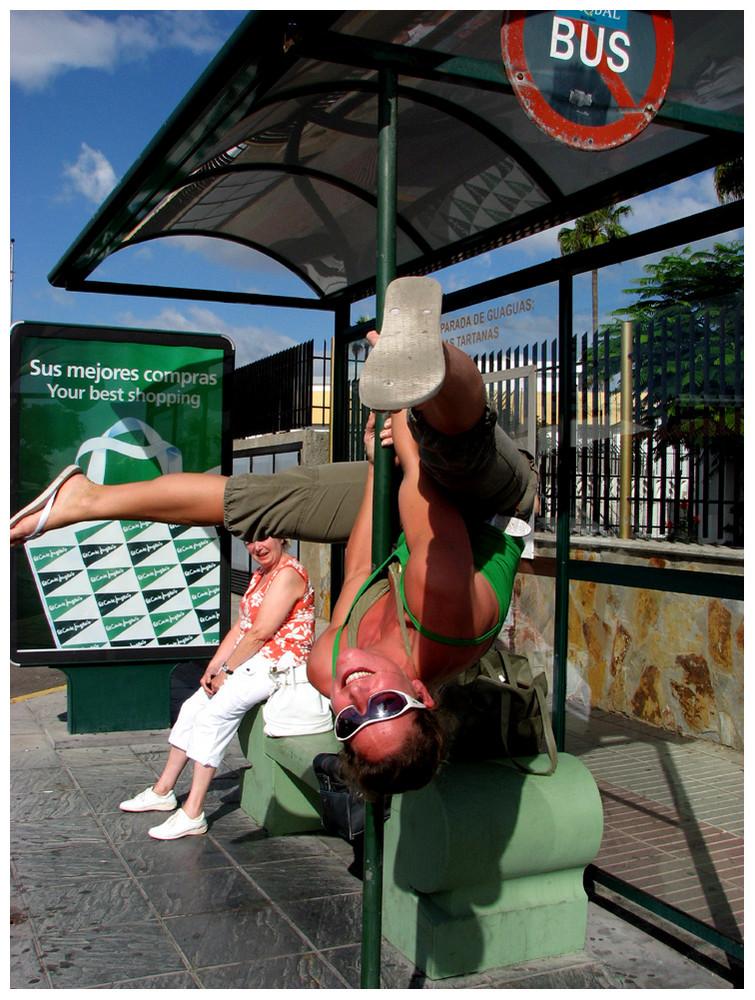 Entertainment an Bushaltestelle