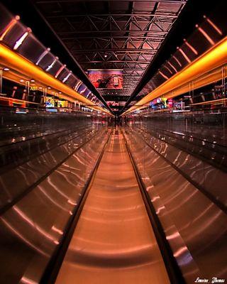 ENTRE DEUX ESCALATORS A BRUXELLE AIRPORT