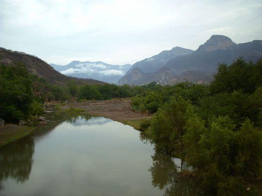 Entre el rio y la montaña