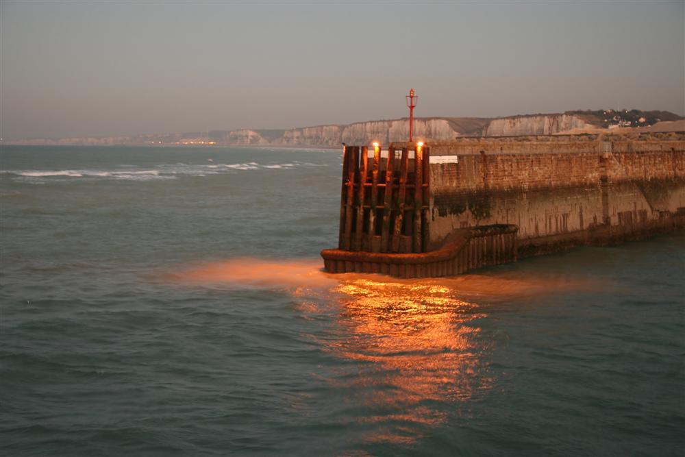 Entrée du port de Dieppe au crépuscule.