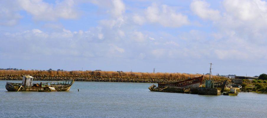 Epaves de bateau sur un canal à Noirmoutier