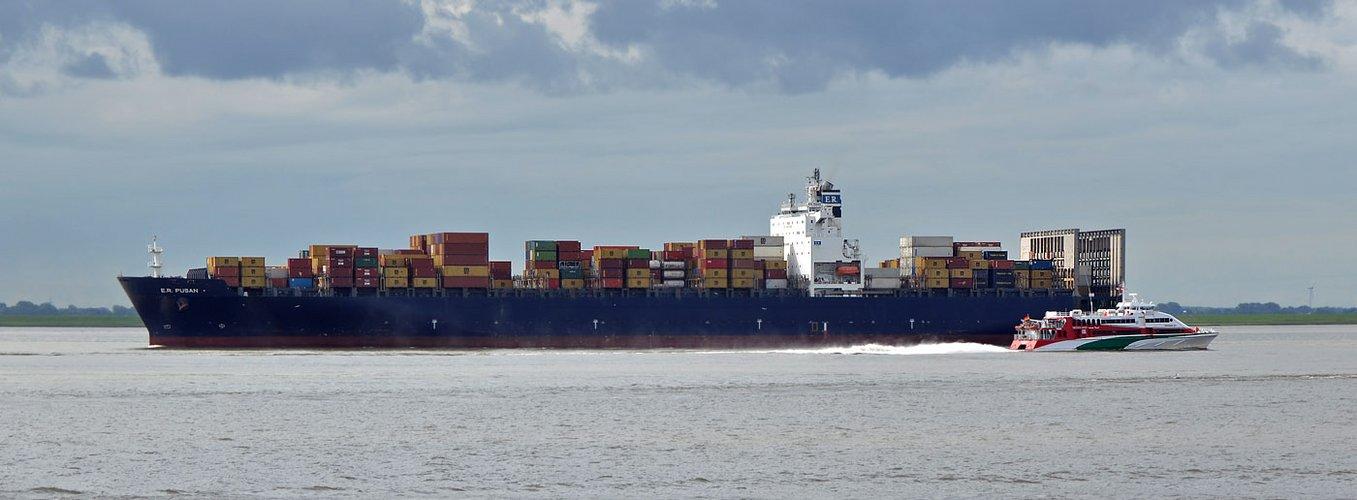 ER PUSAN auf der Elbe