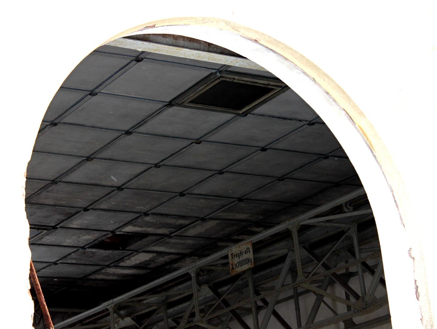 """""""ERBA"""" Maschinenhaus- Blick durch eines der hohen Fenster"""