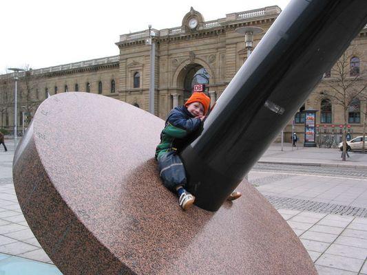 Erdachse vor dem Magdeburger Hbf - mit Kind