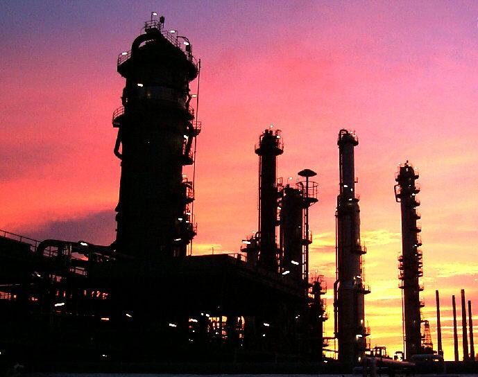 Erdölraffinerie bei Sonnenaufgang