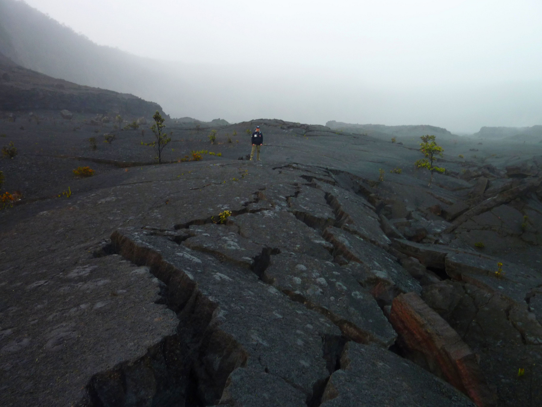 Erdrisse in Vulkankrater