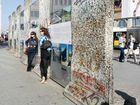 Erinnerungsfoto vor den Resten der Berliner Mauer