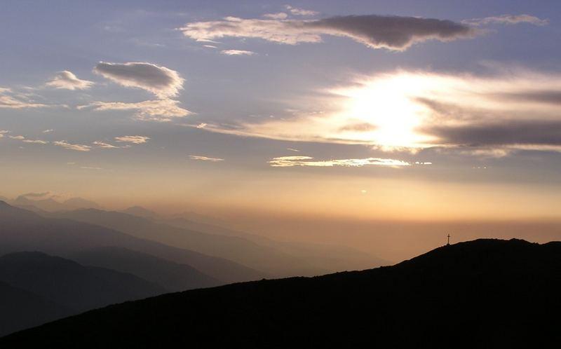 Erste Sonnenstrahlen am Berg