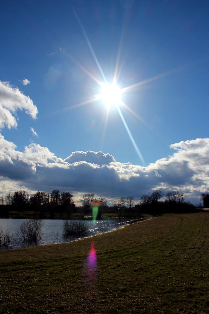 Erste Sonnenstrahlen am See...