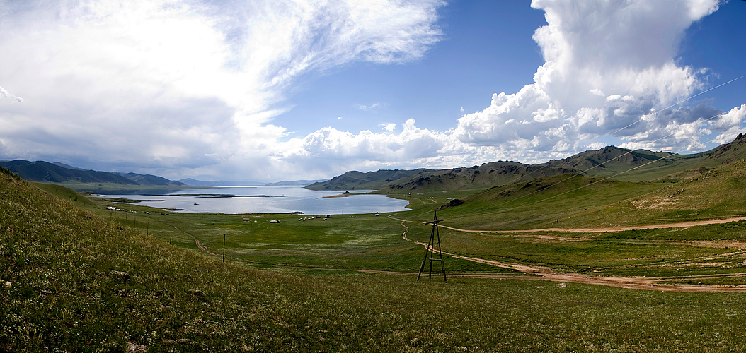 Erster Blick von der Passhöhe auf den weißen See
