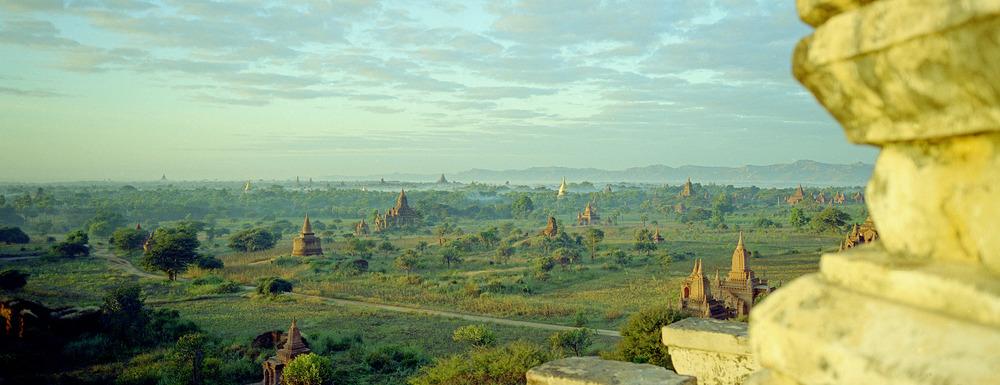 Erstes Morgenlicht über Bagan