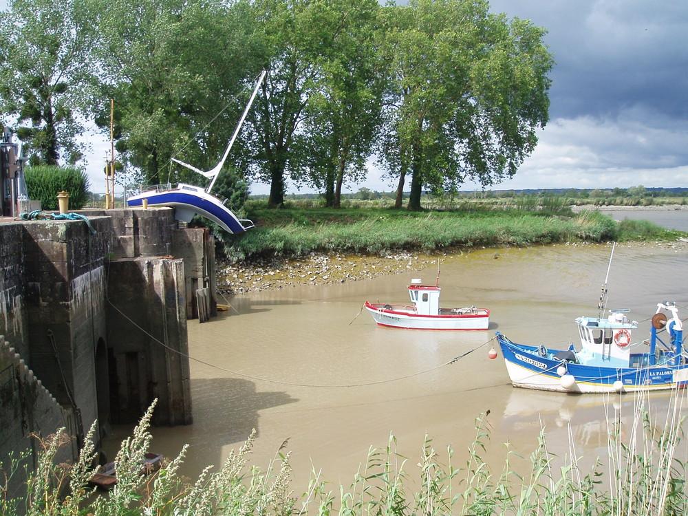 Erwin Wurm, le bateau mou, 'Misconceivable', perché sur une écluse à 20 kilomètres de Nantes