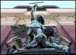 Erzengel Michael über dem Eingang zum Michel