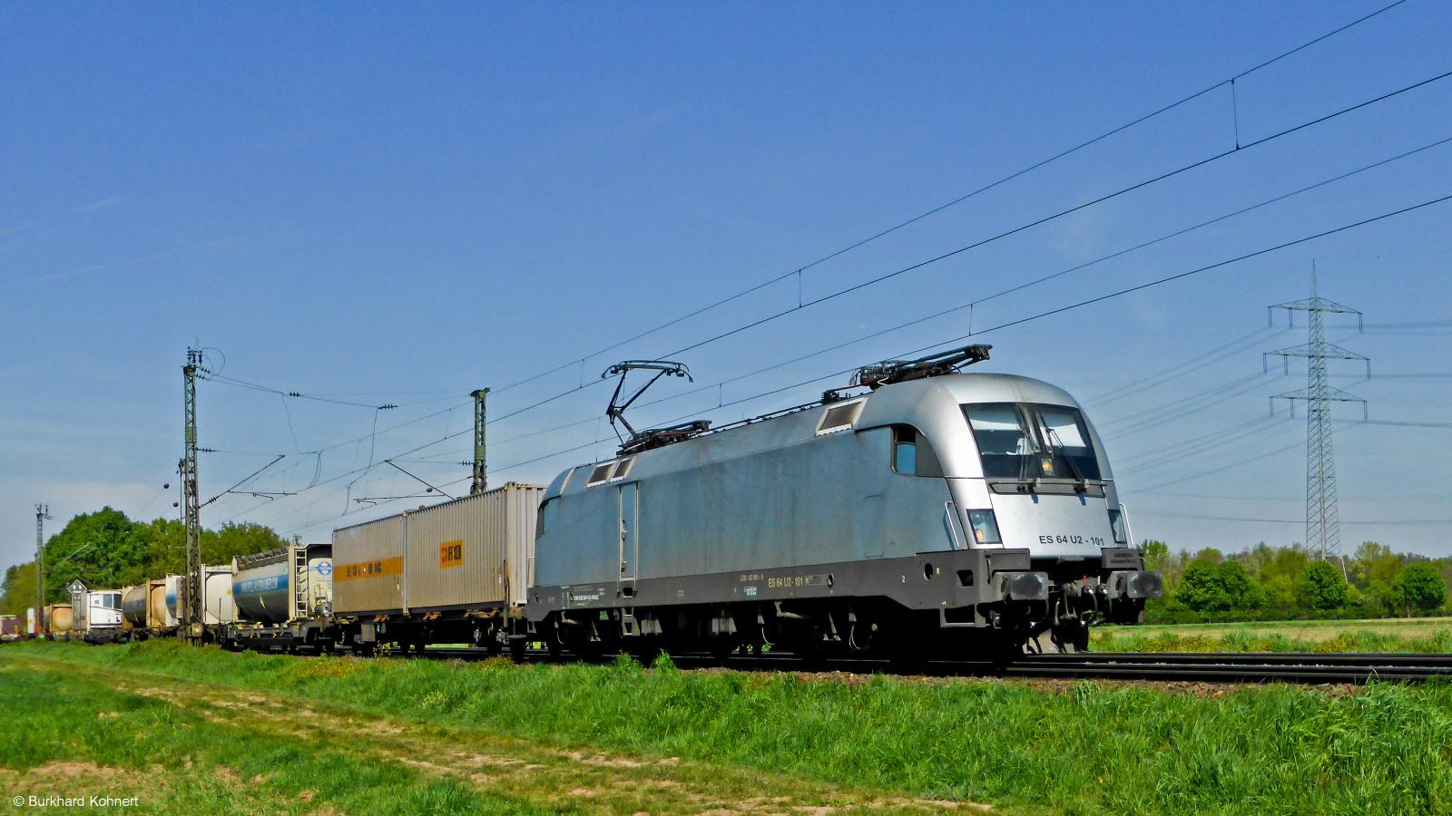 ES 64 U2-101 mit einem gem. Güterzug