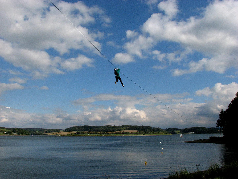 Es gehört schon etwas Mut dazu, an einem Seil über den Talsperren-See Pöhl zu 'fliegen'.