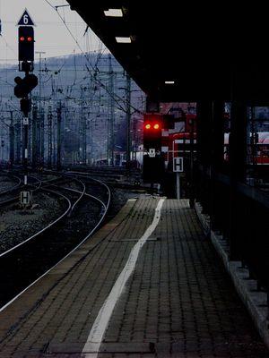 es ist kalt und wird finster, wann kommt der Zug?